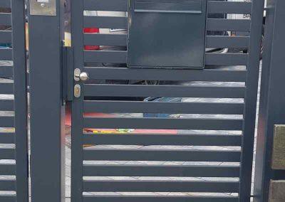 www_Eingangspforte mit Zaunbriefkasten und Gegensprechanlage